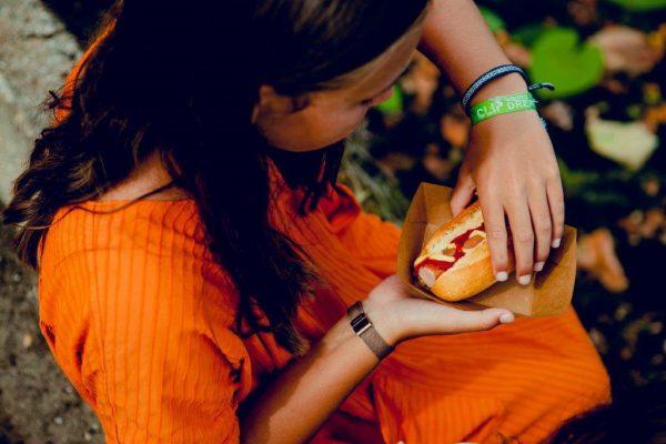 Meisje met hot dog van Coertjens