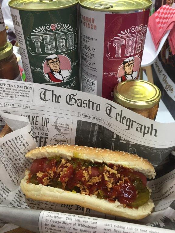 Coertjens hot dog in krantenpapier met saus ajuin en augurk