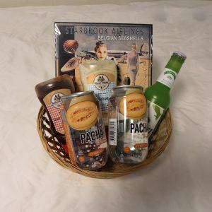 Kleine cadeaumand met 2 Pacha Drinks, 1 Freez Mix, 2 August en Henri sauzen en zeevruchten van Starbrook Airlines
