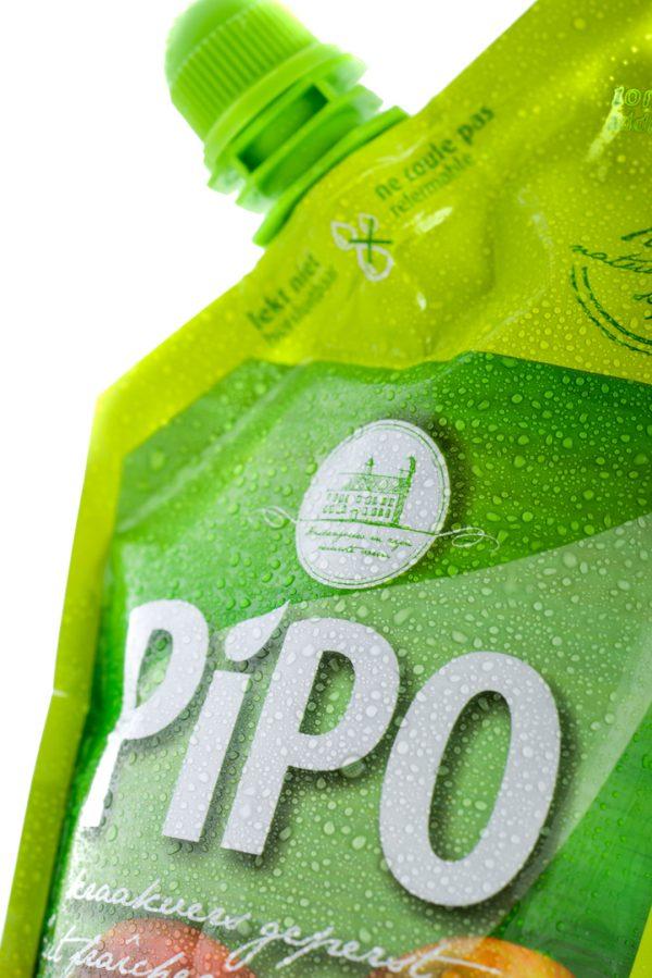 Gros plan vers le haut du chapeau d'une pochette vert de jus de pomme de PIPO