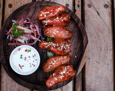 chicken wings gemarineerd met barbecue saus en groenten