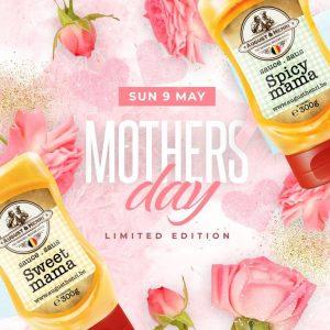 Flesje spicy mama en sweet mama saus op een roze achtergrond met rozen